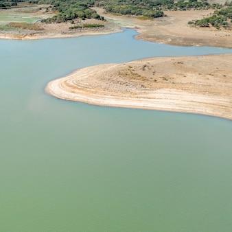 Piękny widok z lotu ptaka na jezioro
