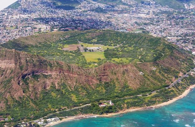 Piękny widok z lotu ptaka na krater głowy diamentu na wyspie oahu, hawaje, usa