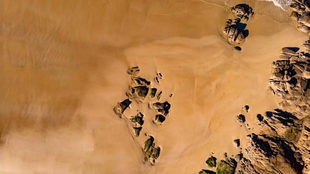 Piękny widok z lotu ptaka na plażę z falami