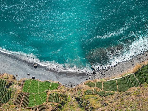 Piękny widok z lotu ptaka na turkusową plażę w południe?