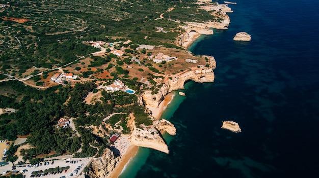 Piękny widok z lotu ptaka na wybrzeże algarve w portugalii.