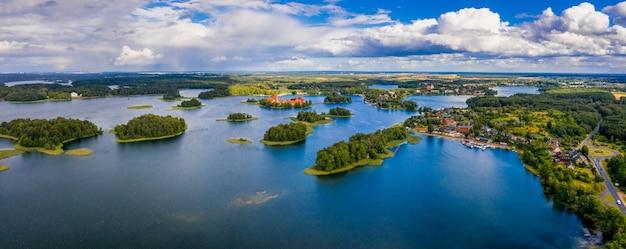 Piękny widok z lotu ptaka na zabytkowy zamek w trokach nad jeziorem galve na litwie