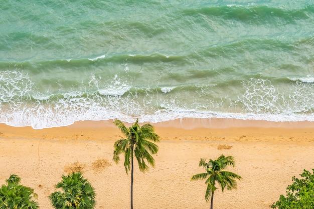 Piękny widok z lotu ptaka tropikalnego plażowego morza