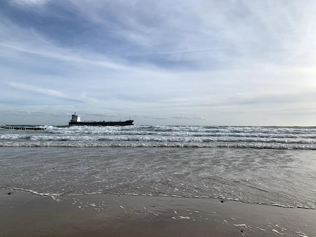 Piękny widok z morza ze statkiem na horyzoncie