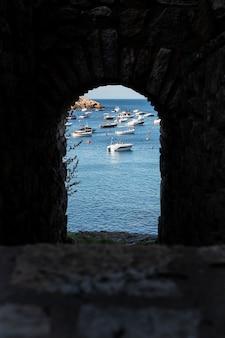 Piękny widok z morzem i skałami?