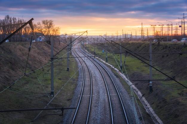 Piękny widok z mostu na linii kolejowej