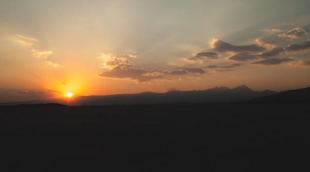 Piękny widok. zachód słońca na polu. armenia
