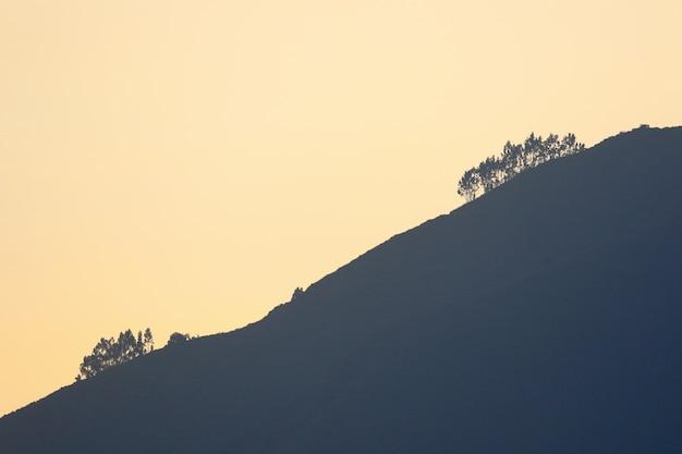 Piękny widok zachodzącego słońca na piękny krajobraz z wysokości dzielnicy san jeronimo de surco.