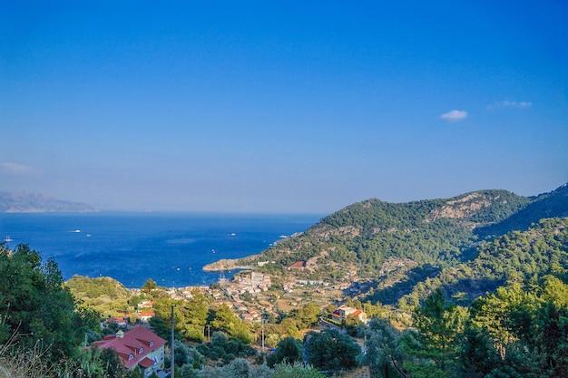 Piękny widok zatoka w morzu egejskim z wybrzeża marmaris, turcja.