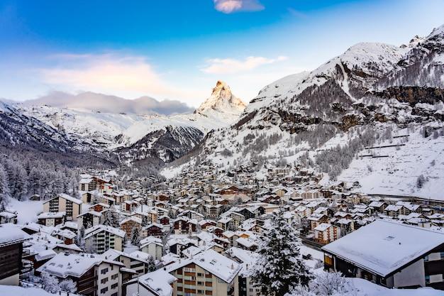 Piękny widok zermatt valley z matterhorn szczytem w zermatt, szwajcaria