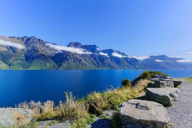 Piękny widokowy widok na jezioro wakatipu w queenstown na wyspie południowej nowej zelandii