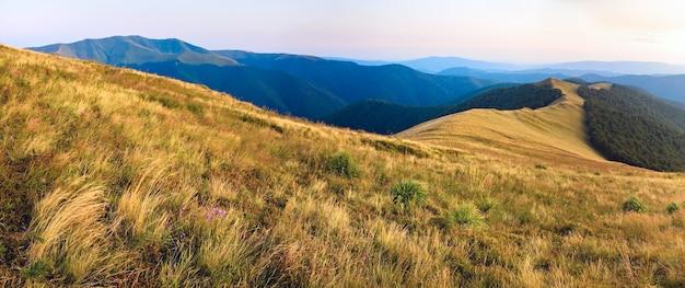 Piękny wieczór jesień panorama górska (karpaty, ukraina).