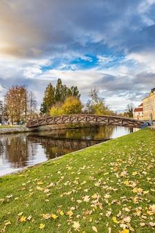 Piękny wieczór niebieskie niebo i drewniany most nad vltava rzeką w parku ceske budejovice miasteczko w republika czech