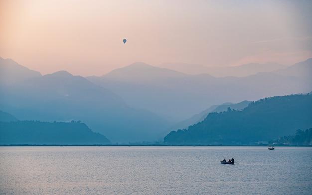 Piękny wieczór widok jeziora fewa, pokhara, nepal.