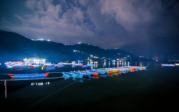 Piękny wieczór widok kolorowych łodzi na few lake, pokhara, nepal.