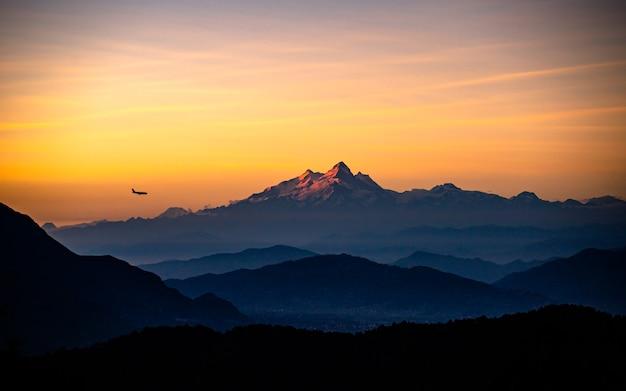 Piękny wieczorny widok na pasmo górskie manaslu z katmandu w nepalu.