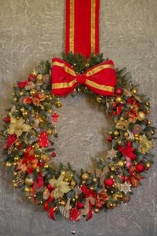 Piękny wieniec bożonarodzeniowy, ozdoby na drzwi domu