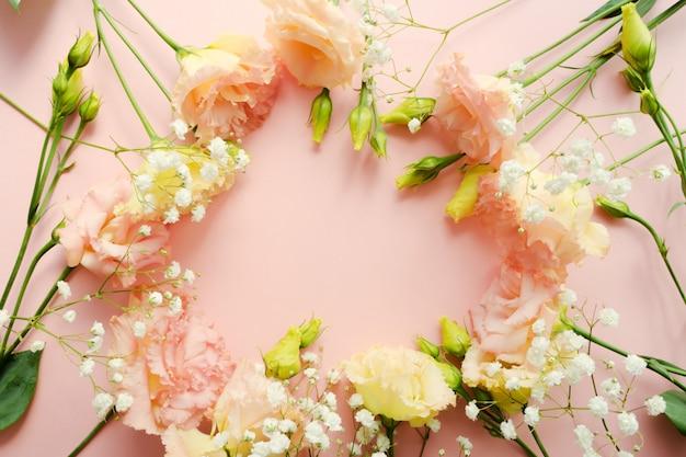 Piękny wieniec kwiatowy. bukiet różowego eustoma lisianthus. koncepcja dostawy kwiatów. 8 marca, szablon karty urodzinowej. selektywne ustawianie ostrości. element dekoracyjny.