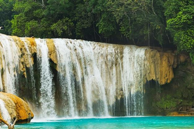 Piękny wodospad agua azul w chiapas w meksyku.