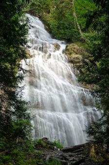 Piękny wodospad bridal veil w provincial park w kanadzie