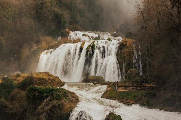 Piękny wodospad cascada delle marmore w terni we włoszech.