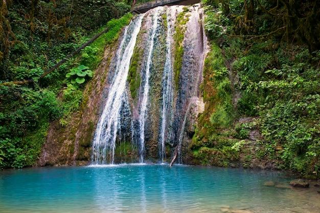 Piękny wodospad i błękitna laguna