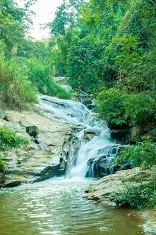 Piękny wodospad mae sa w chiang mai, tajlandia