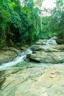 Piękny wodospad mae sa w chiang mai w tajlandii