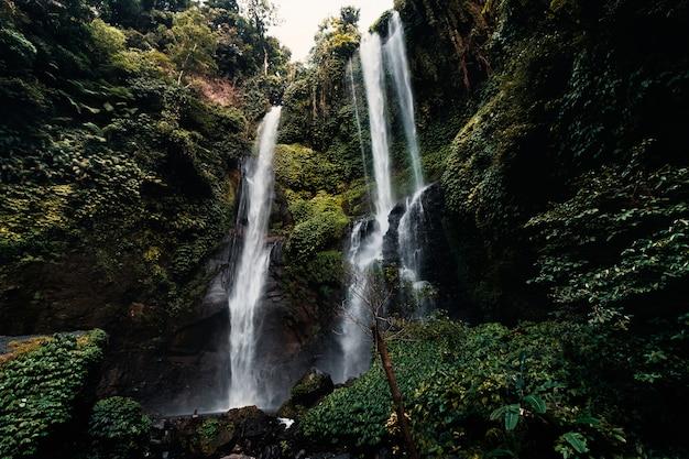 Piękny wodospad sekumpul