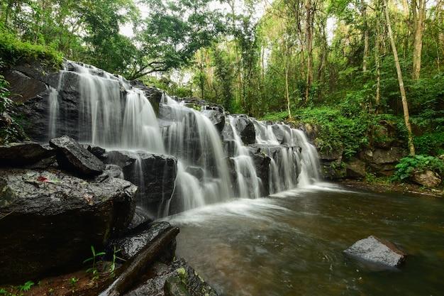 Piękny wodospad spływający ze szczytu góry.