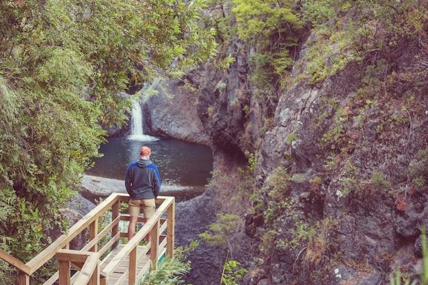 Piękny wodospad w chile, ameryce południowej.