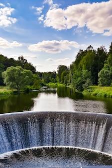Piękny wodospad w elektrowni wodnej