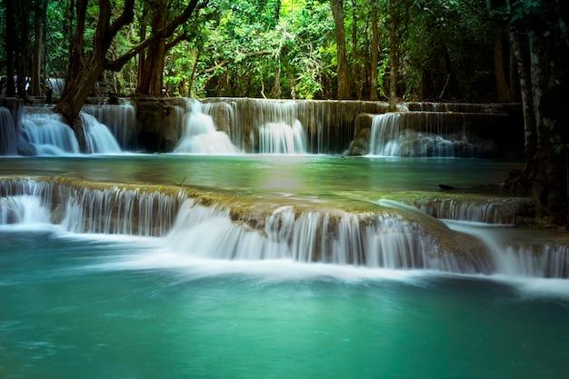 Piękny wodospad w huay mae kamin kanjanaburi tajlandii.