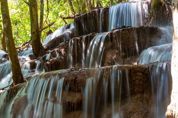 Piękny wodospad w lesie deszczowym, prowincja kanchanaburi, azja południowo-wschodnia, tajlandia