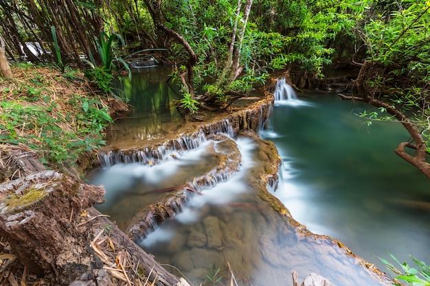 Piękny wodospad w lesie deszczowym, prowincja kanchanaburi, azja południowo-wschodnia