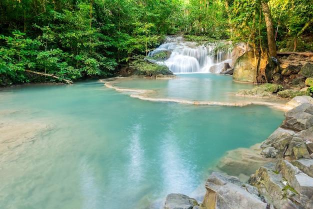 Piękny wodospad w lesie. podróże i wakacje w tajlandii.