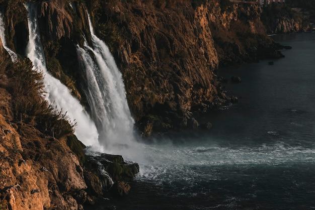 Piękny wodospad w naturze