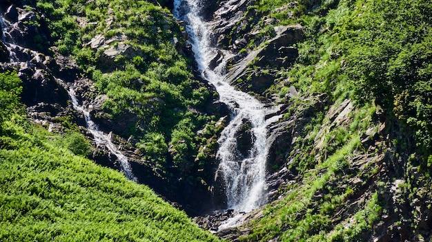 Piękny wodospad w parku narodowym soczi, rosja