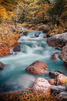 Piękny wodospad w patagonii argentyna