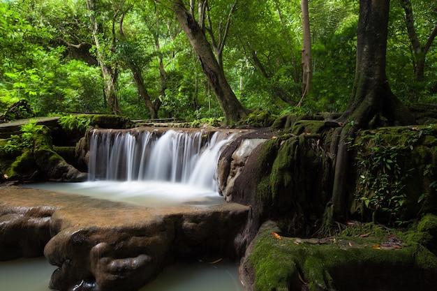 Piękny wodospad w porze deszczowej na than bok khorani park narodowy w tajlandii. wodospad than bok khorani.