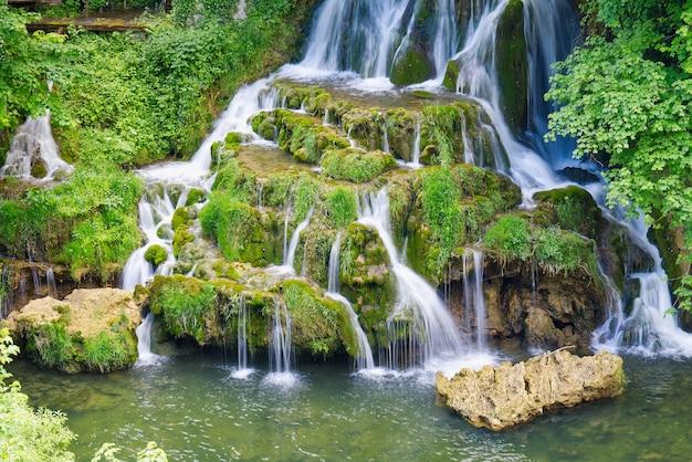 Piękny wodospad w slunj w chorwacji w sezonie letnim