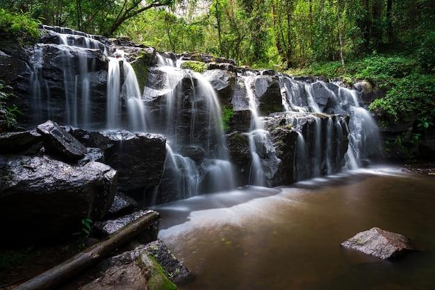 Piękny wodospad w tajlandii