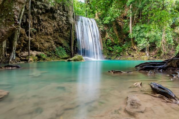 Piękny wodospad w tajskim parku narodowym