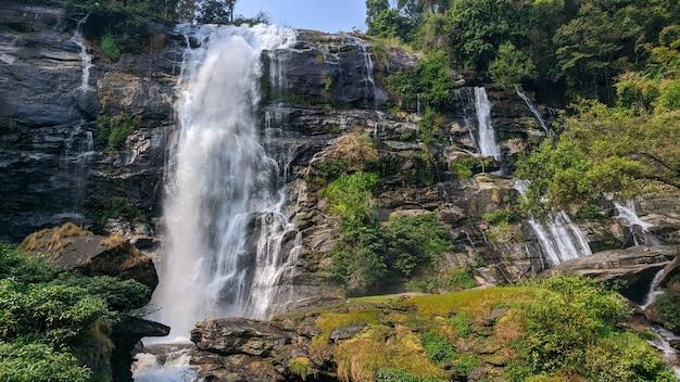 Piękny wodospad w zielonej roślinności górskiej w tajlandii
