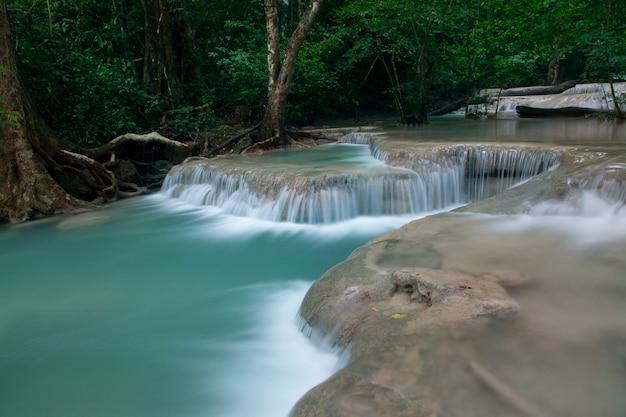 Piękny wodospad - wodospad erawan w parku narodowym erawan w kanchanaburi w tajlandii.