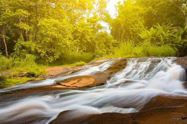 Piękny wodospad z promieni słonecznych w dżungli, wodospad haew suwat