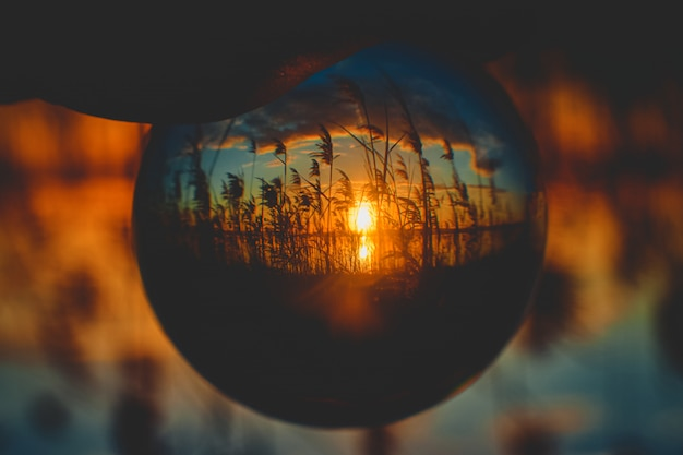 Piękny wschód słońca do góry nogami widok z perspektywy kryształowej kuli