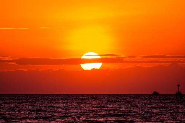 Piękny wschód słońca na morzu. natury tło w ranku świetle słonecznym.