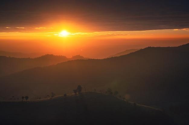 Piękny wschód słońca na wzgórzu upraw rolnych w okolicy o poranku