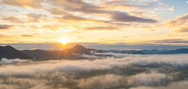 Piękny wschód słońca nad górą z mgłą rano